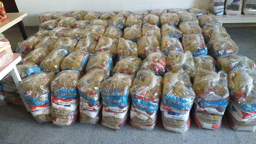 Parte das cestas-básicas doadas